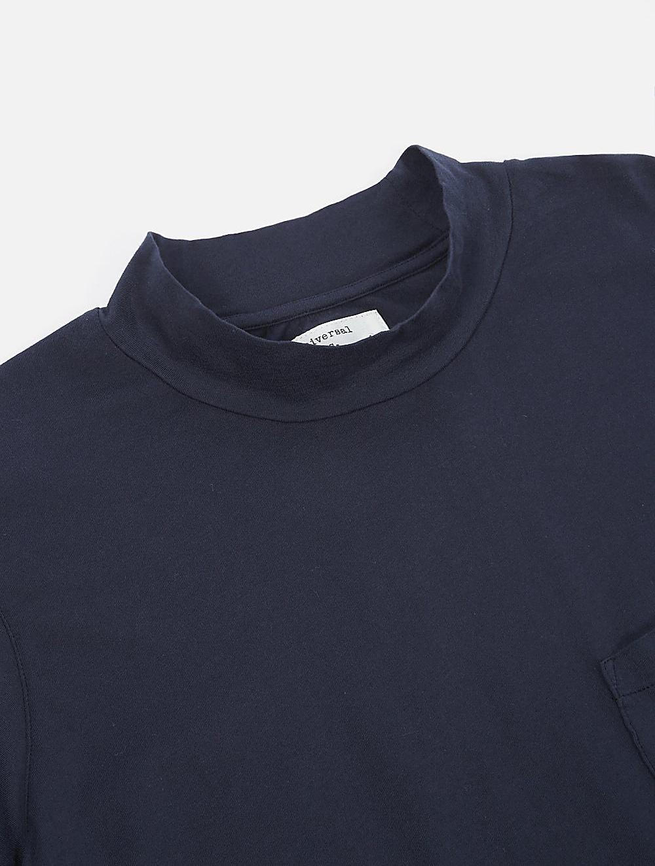 Universal Works Turtle Neck single jersey navy dettaglio collo
