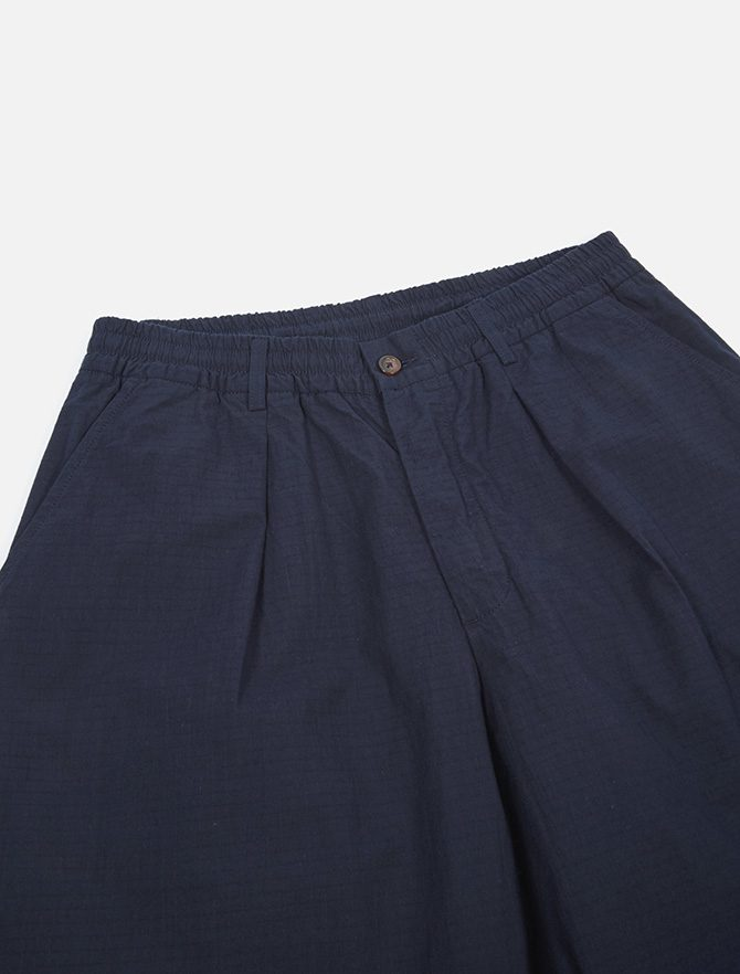 Universal Works Pleated Track Pant Ripstop Navy dettaglio bottone