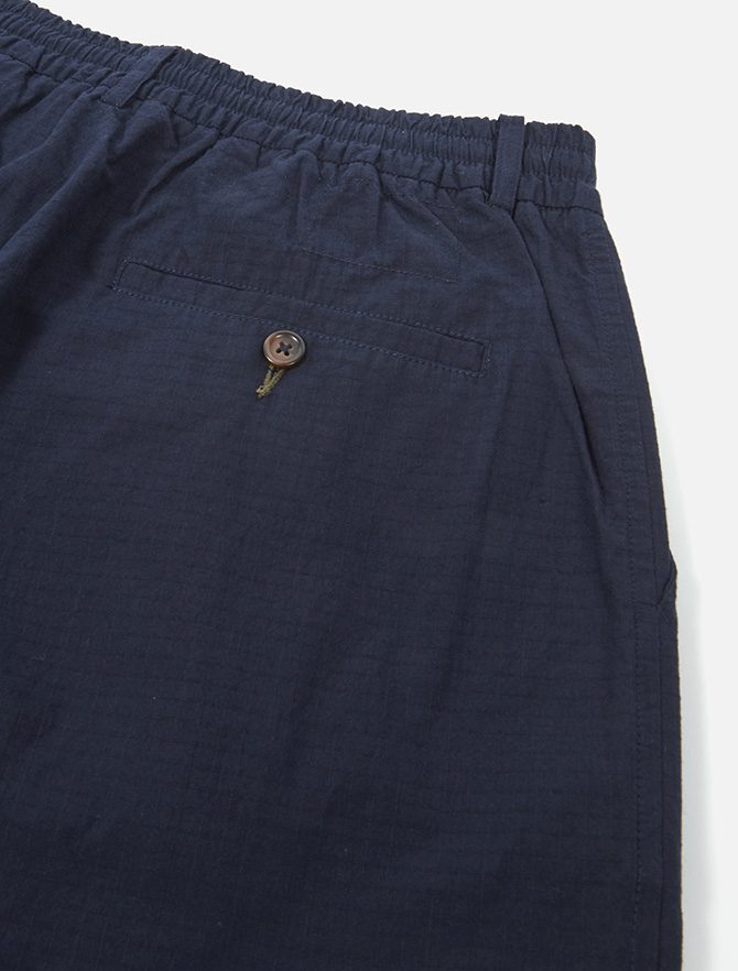 Universal Works Pleated Track Pant Ripstop Navy dettaglio tasca