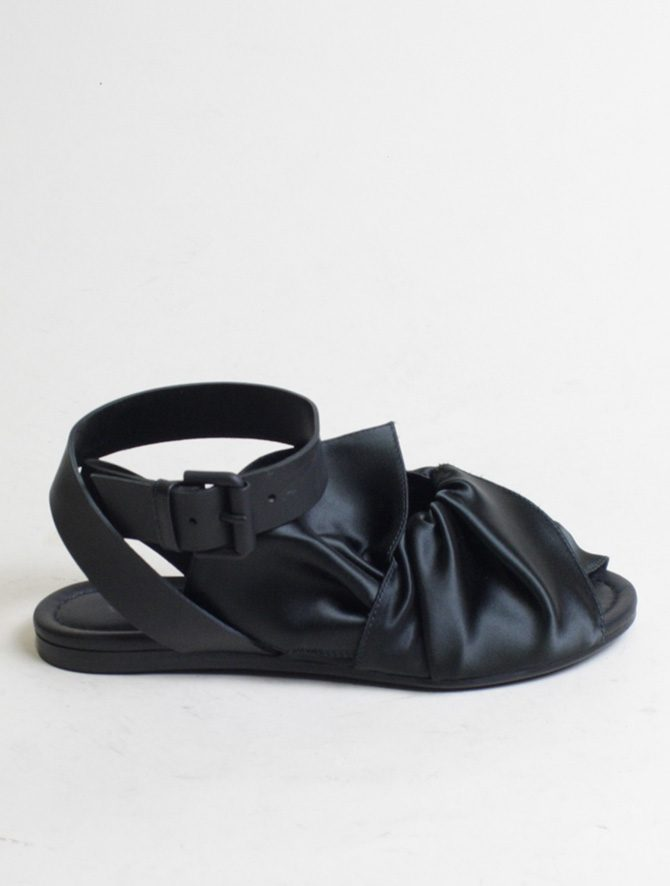 Vic Matié sandalo flat drappeggio nero